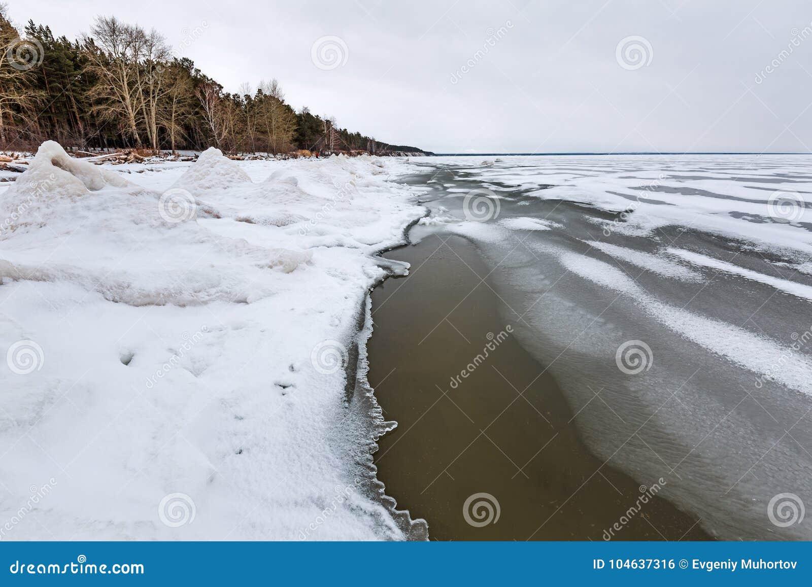 Download Het Landschap Van Het De Winterijs Op De Rivier De Ob-Rivier, Siberië Stock Foto - Afbeelding bestaande uit siberië, reservoir: 104637316