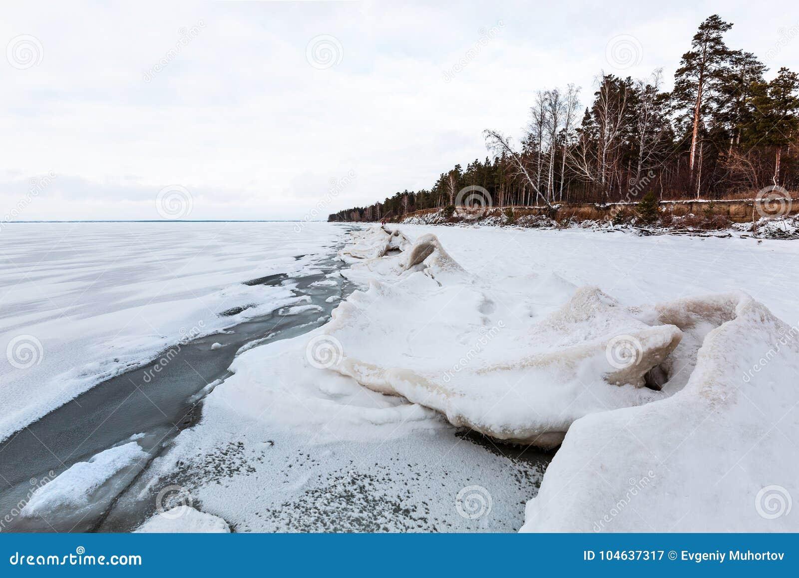 Download Het Landschap Van Het De Winterijs Op De Rivier De Ob-Rivier, Siberië Stock Afbeelding - Afbeelding bestaande uit rivier, water: 104637317