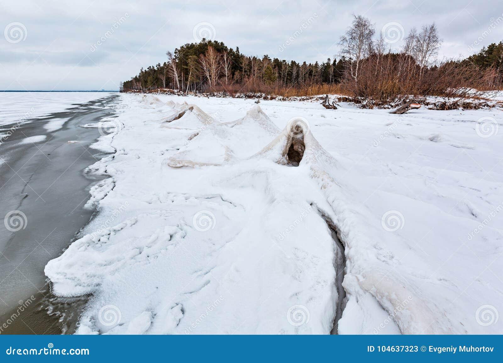 Download Het Landschap Van Het De Winterijs Op De Rivier De Ob-Rivier, Siberië Stock Afbeelding - Afbeelding bestaande uit november, seizoen: 104637323