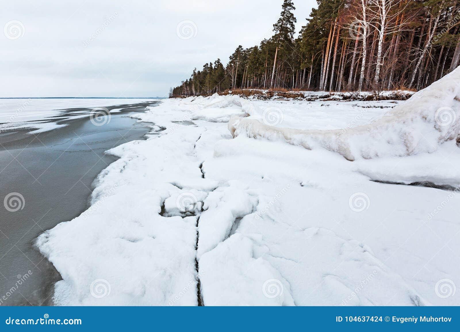 Download Het Landschap Van Het De Winterijs Op De Rivier De Ob-Rivier, Siberië Stock Foto - Afbeelding bestaande uit sneeuw, winter: 104637424