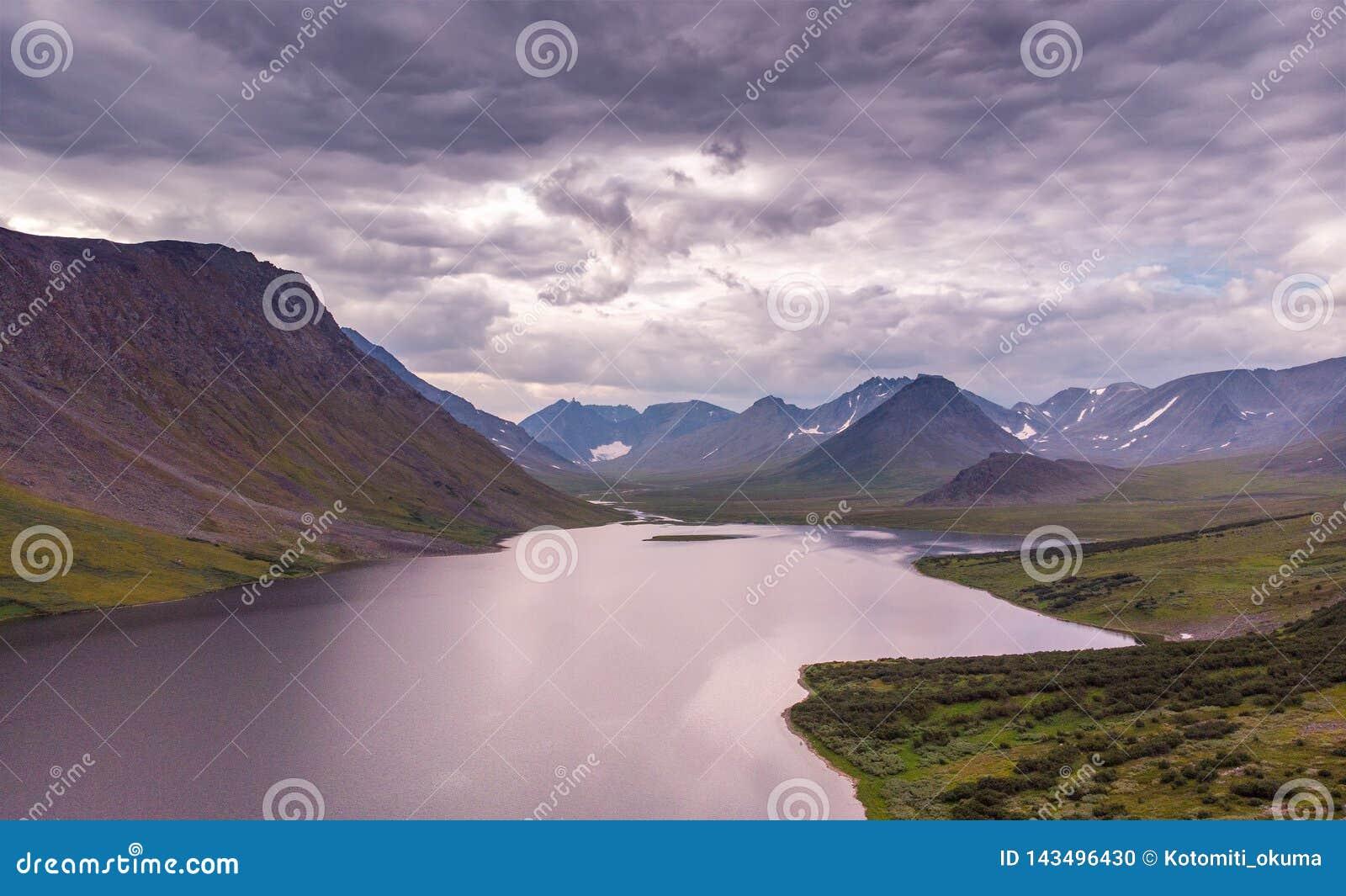 Het landschap van de de zomerzonsondergang met bergen, Meer Hadata, Polair Oeralgebergte