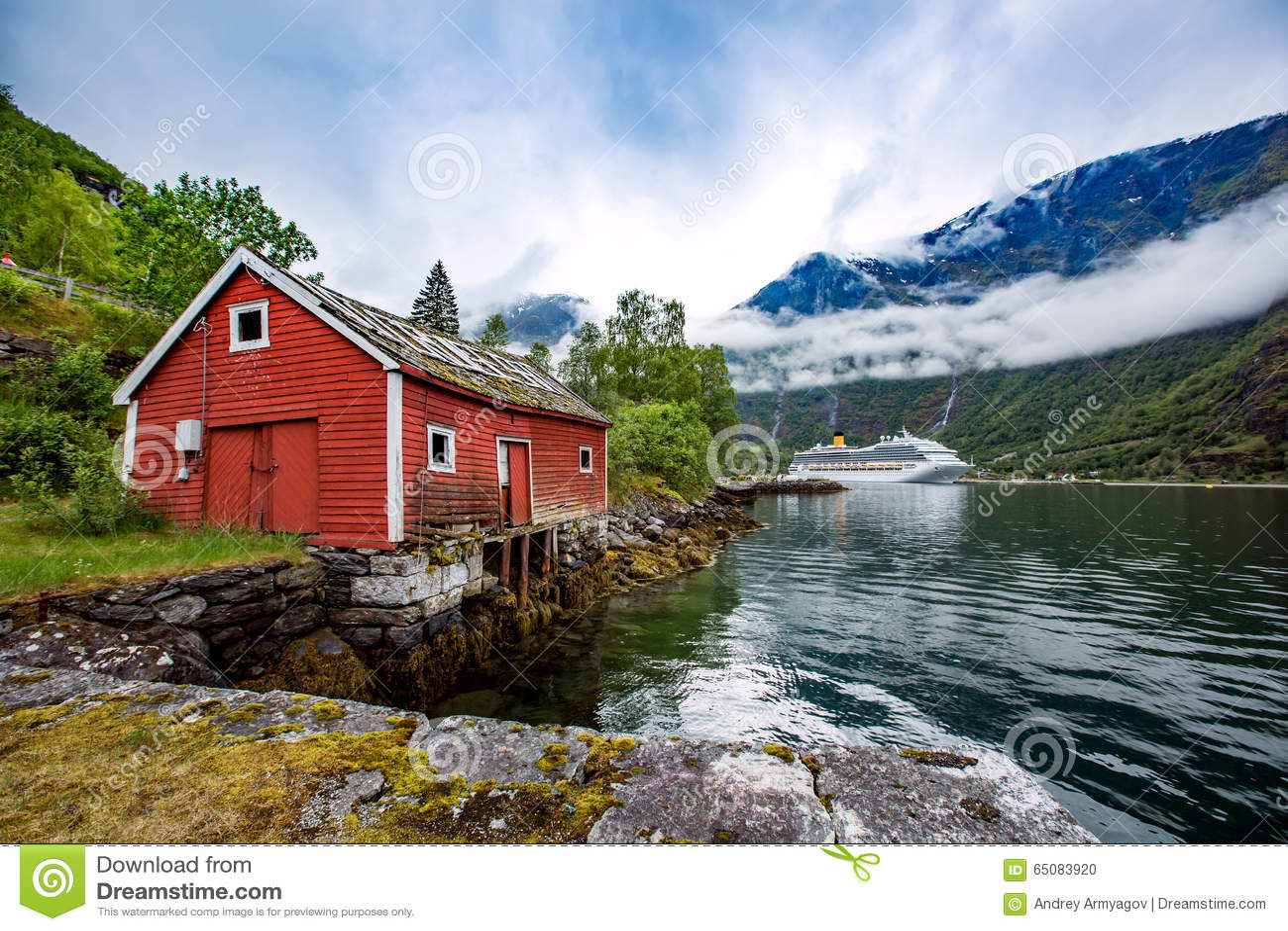 Het landschap van noorwegen het huis op de kust van de fjord in bac stock foto afbeelding - Huis van de wereld fjord ...