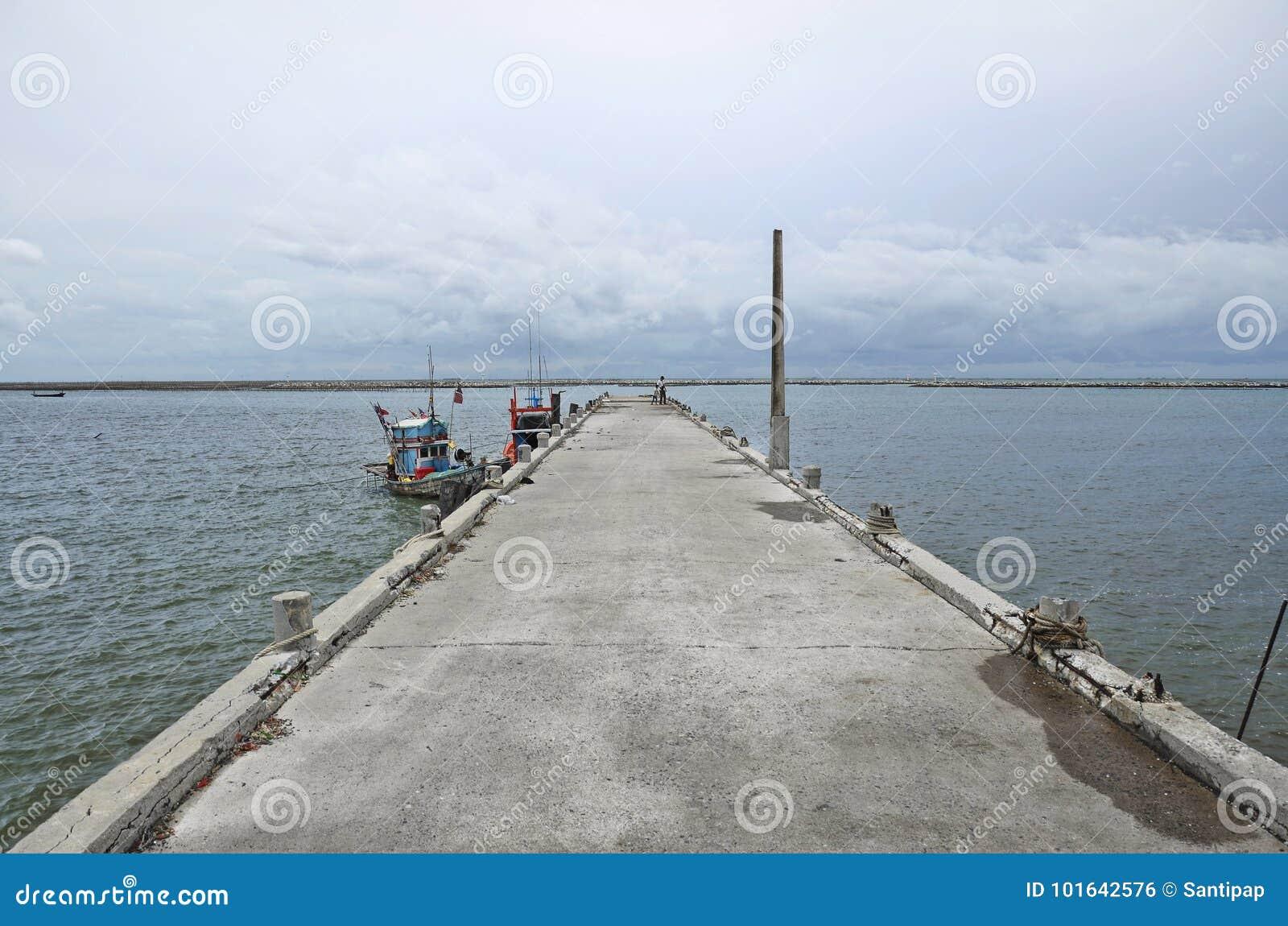Het landschap van het overzees en het onweer komt bij Ang Sila-vissenmarkt