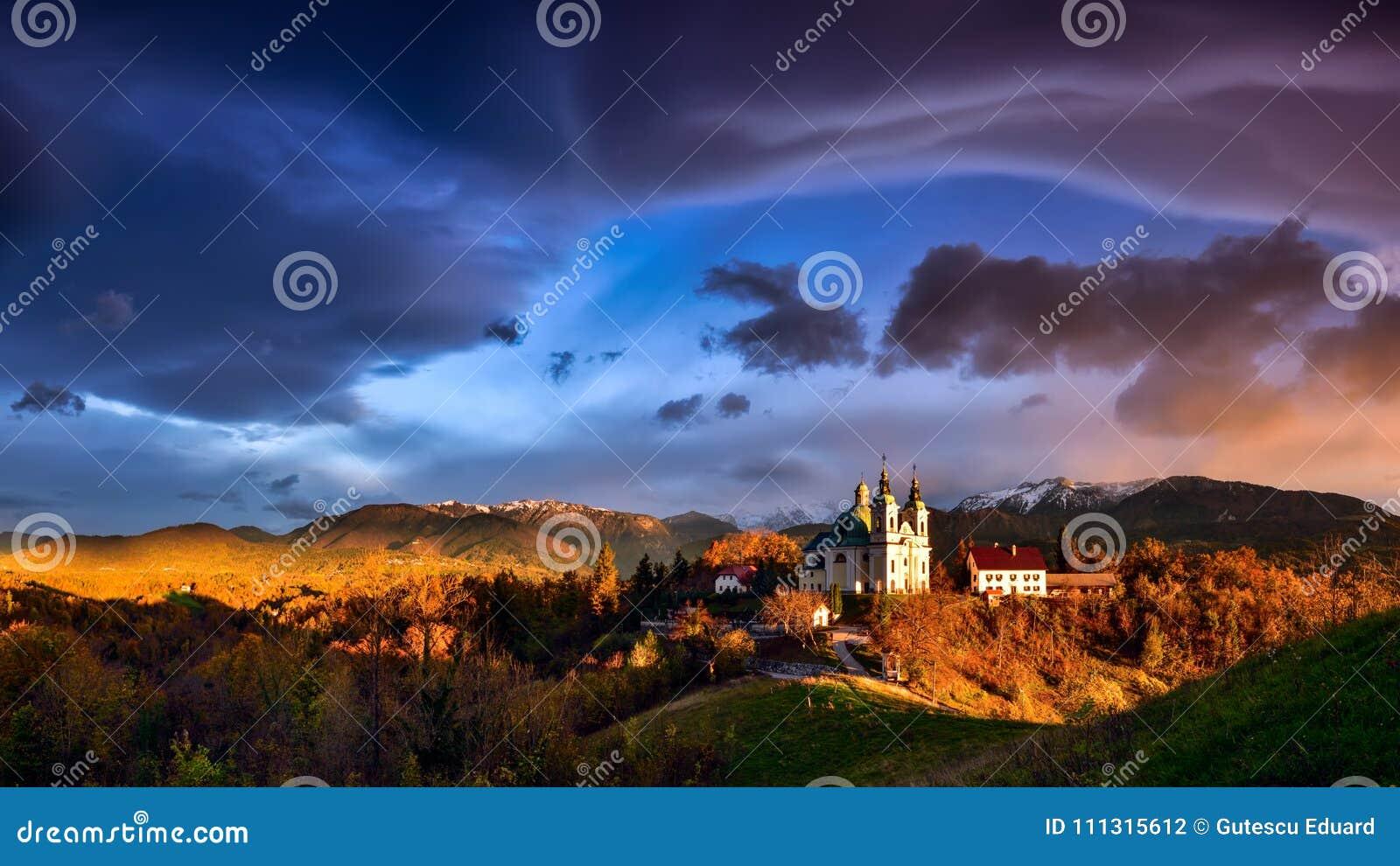 Het landschap van Slovenië, aard, de herfstscène, aard, waterval, bergen