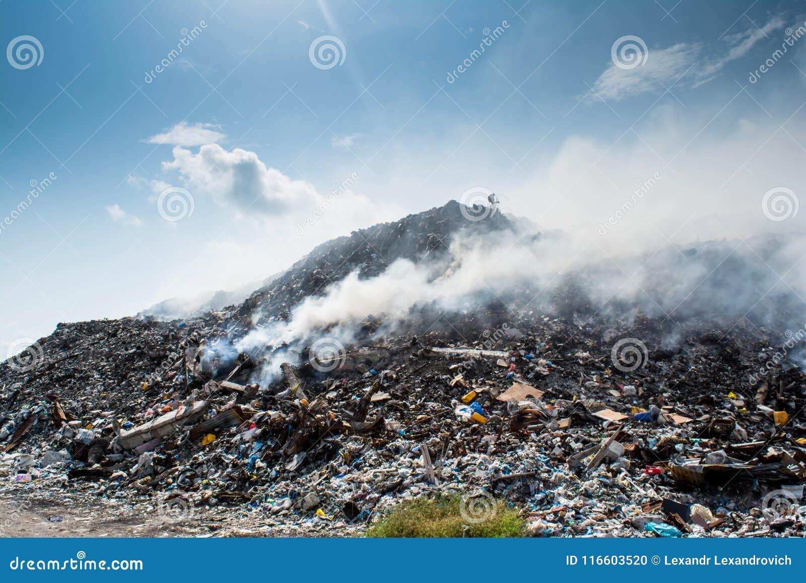 Het landschapshoogtepunt van de huisvuilstortplaats van draagstoel, plastic flessen, vuilnis en ander afval bij het tropische eil