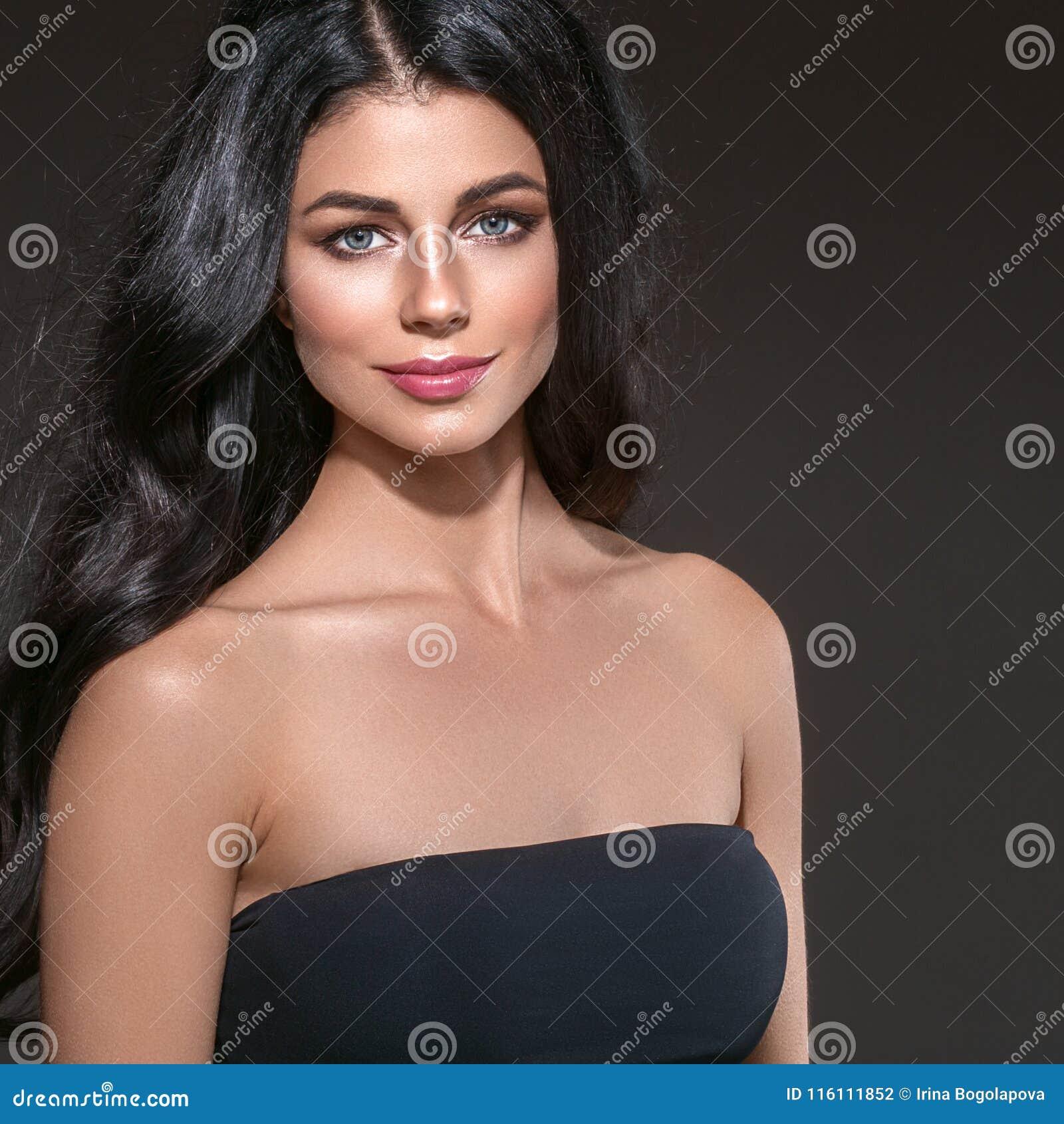 Het lange zwarte haar van de schoonheidsvrouw Beautiful spa modelmeisje met perfecte verse schone huid Donkerbruine vrouw die op
