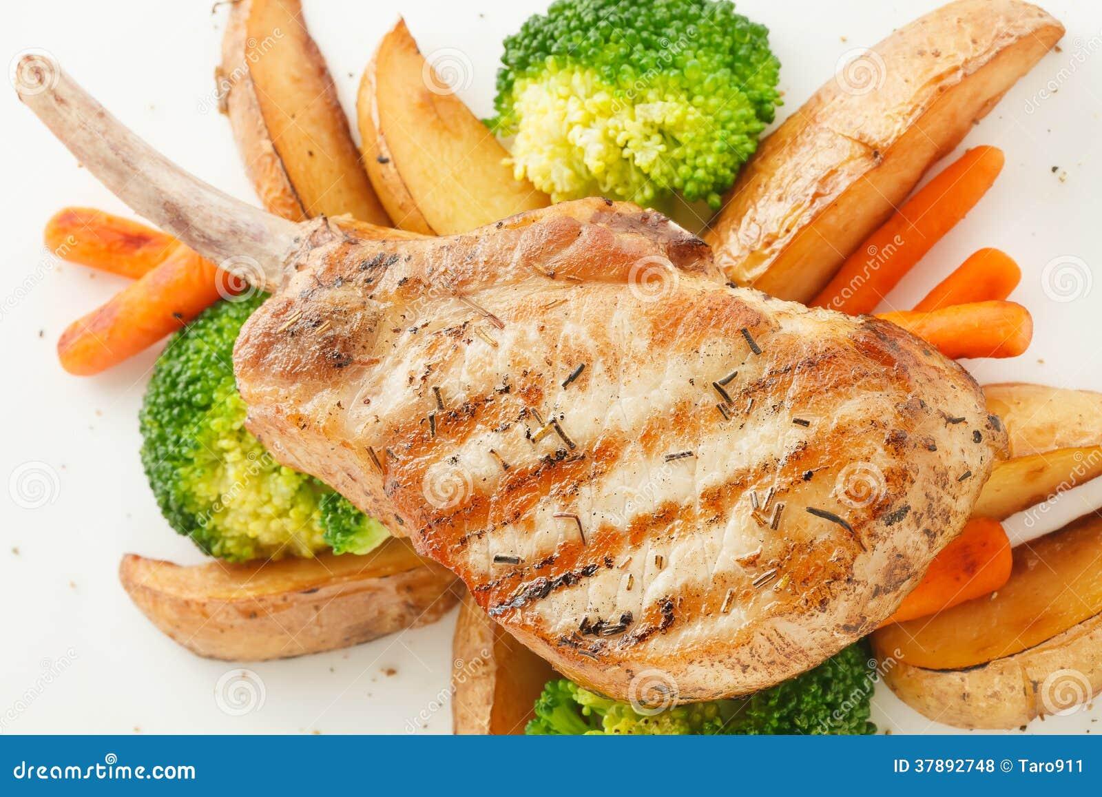 Het lapje vlees van de varkensvleesrib met grillgroente