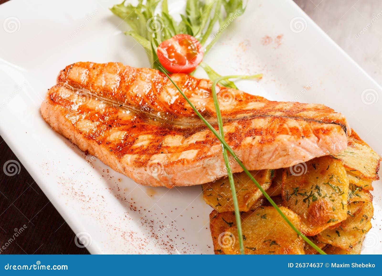 Het lapje vlees van de zalm met aardappels