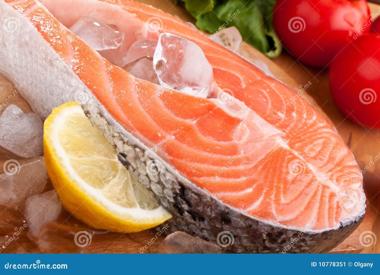 Het lapje vlees van de zalm met citroen op ijs