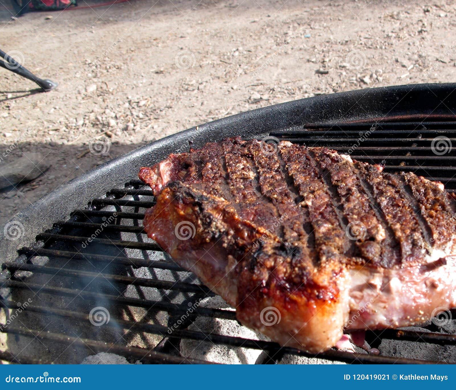 Het Lapje vlees van New York het Koken in openlucht bij de Houtskoolgrill