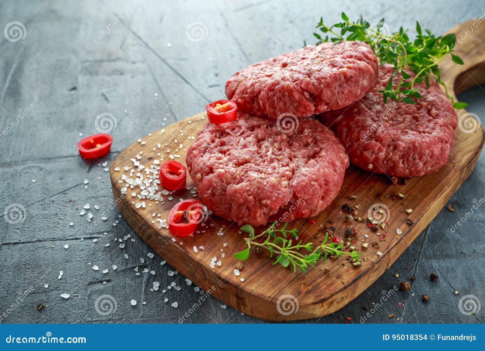 Het lapje vleesburgers van het huis Met de hand gemaakte Ruwe Fijngehakte Rundvlees op houten raad