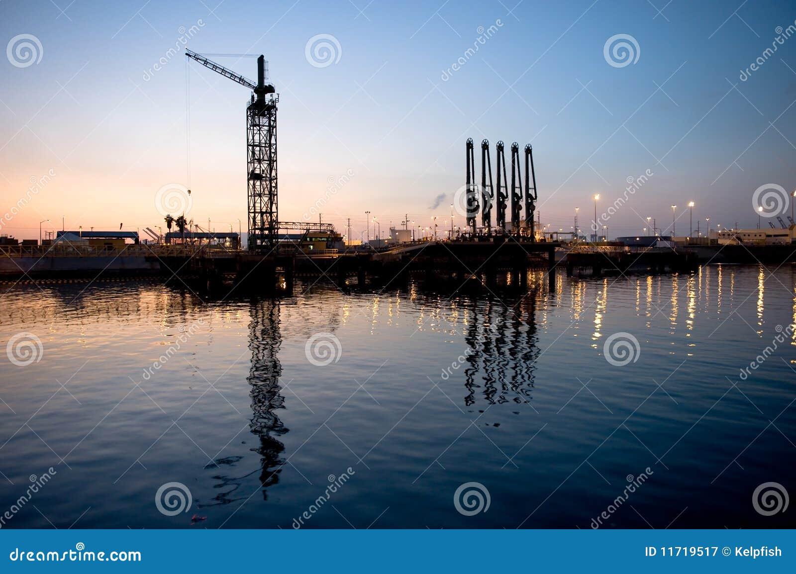 Het leegmaken van de tanker dok