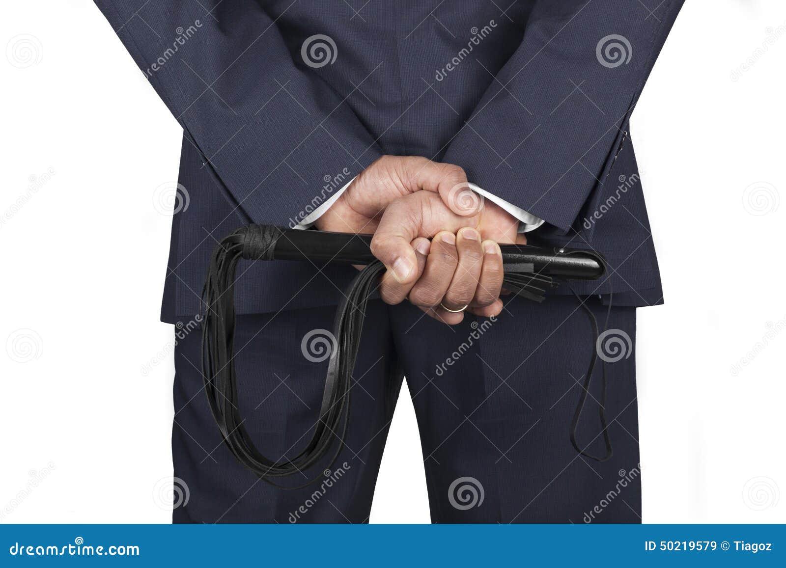 Het leer ranselt gehouden door dominante meester in een kostuum