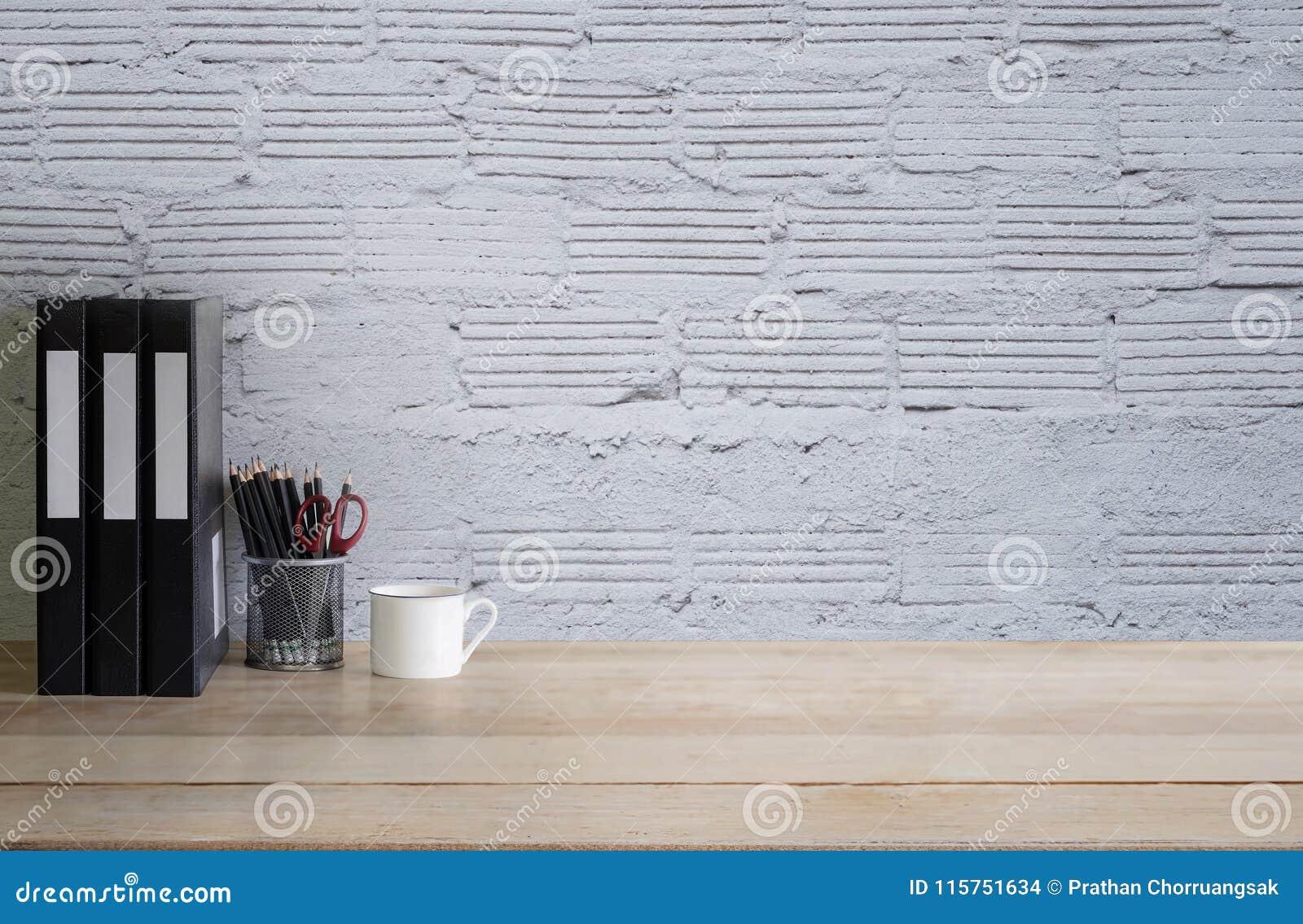 Het lege bureau van het het werkbureau met mok, potlood en dossierdocument een hout