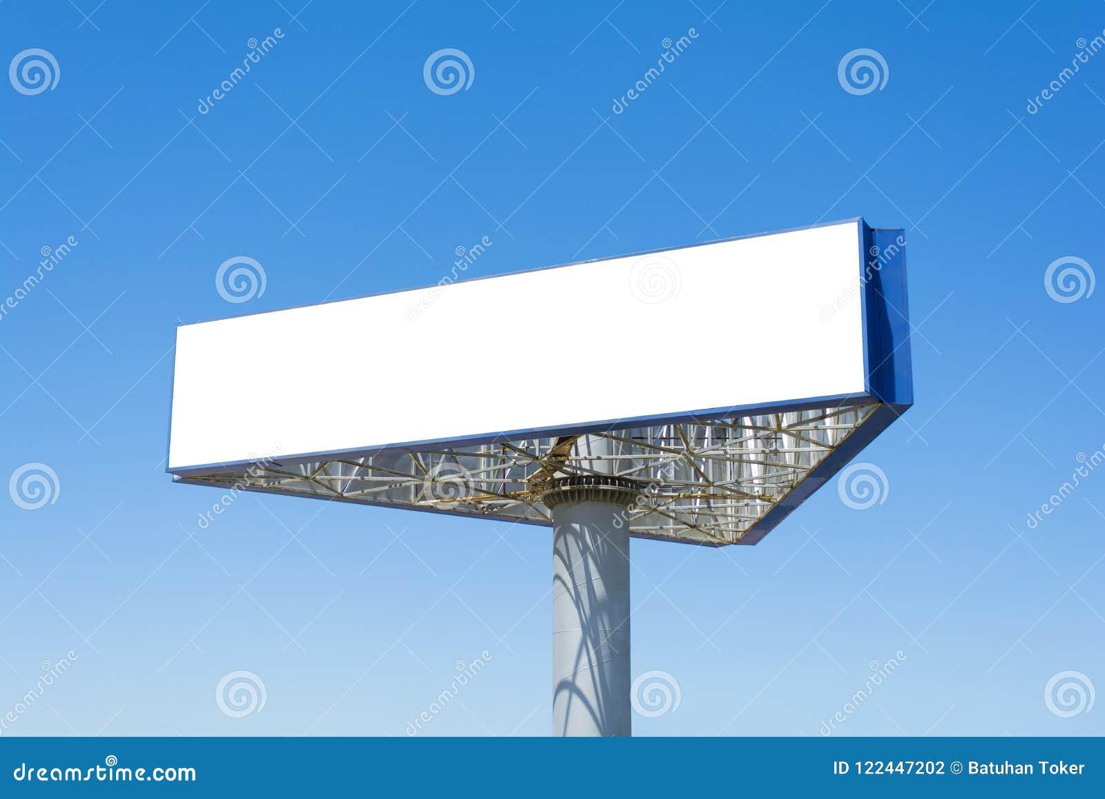 Het lege grote aanplakbord over blauwe hemelachtergrond, zette hier uw tekst