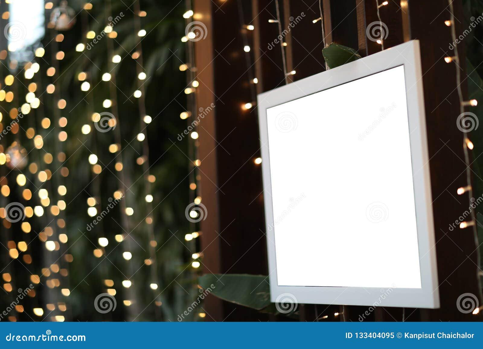Het lege lege verfraaide fotokader in Kerstmis defocused achtergrond