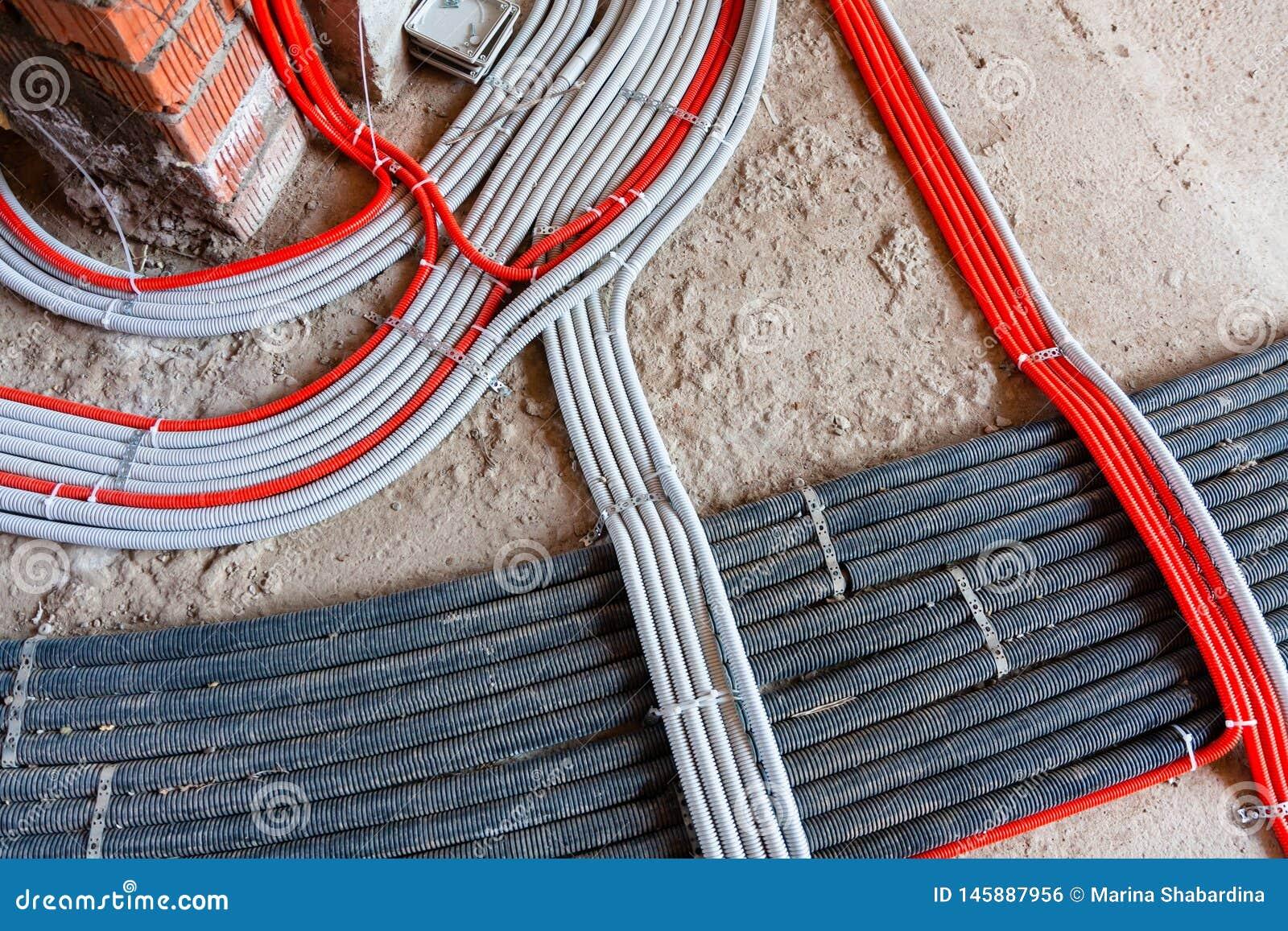 Het leggen van elektriciteitskabels, netwerken, het verwarmen Golflijnen op beton