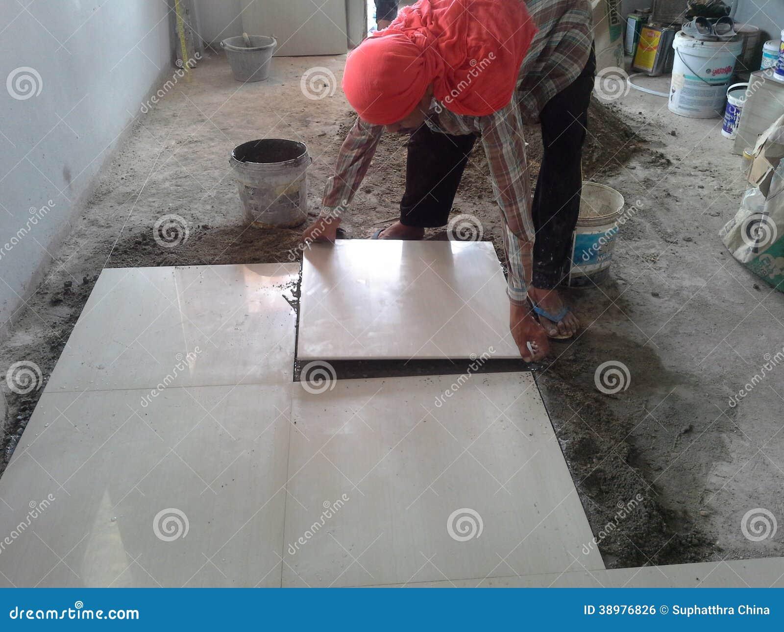 Het Leggen Van Keramische Tegels Redactionele Foto   Afbeelding  38976826
