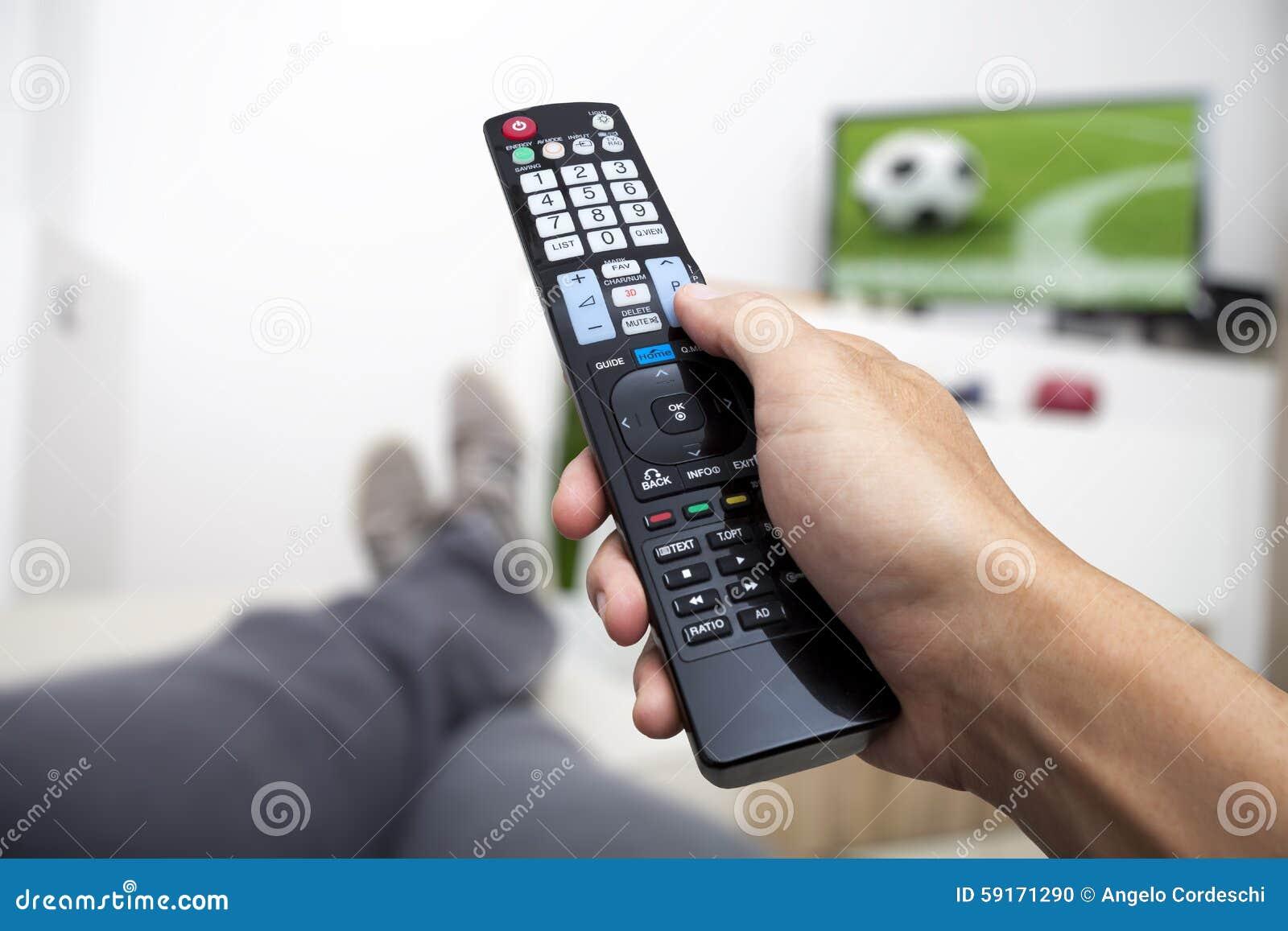 Het letten op TV Afstandsbediening ter beschikking Voetbal