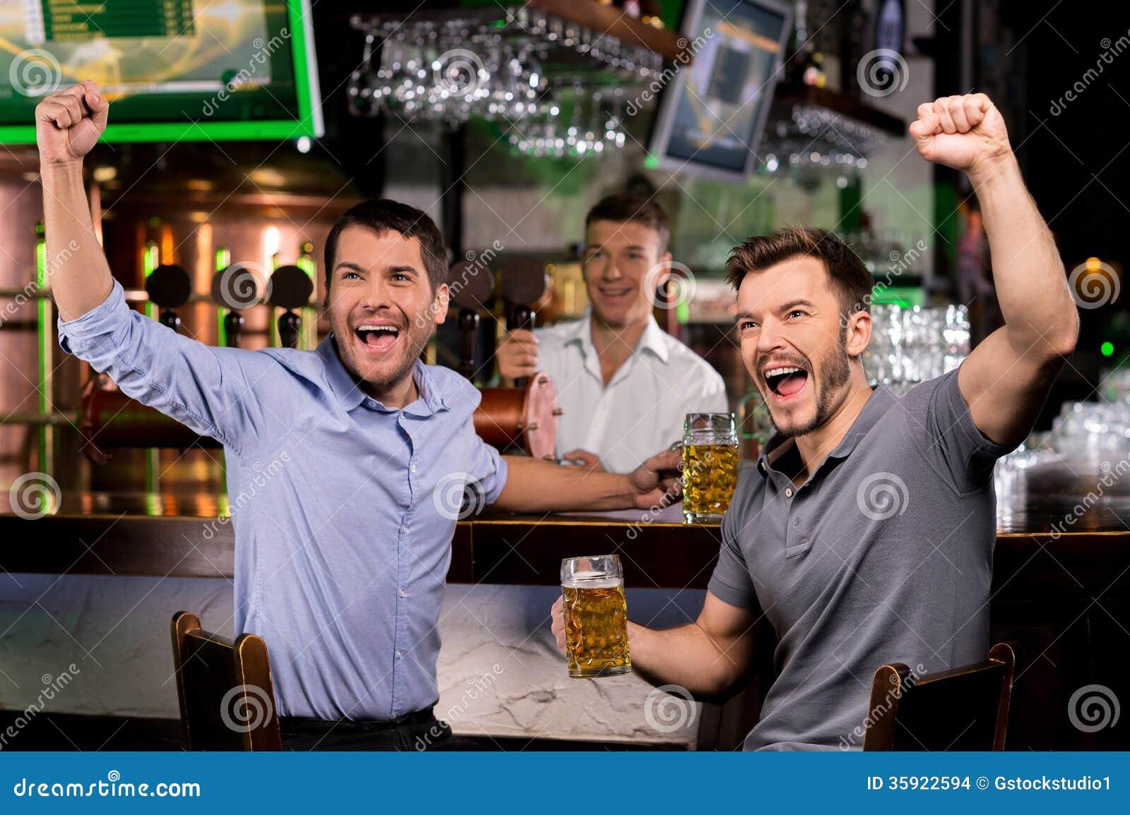Het letten op TV in bar.