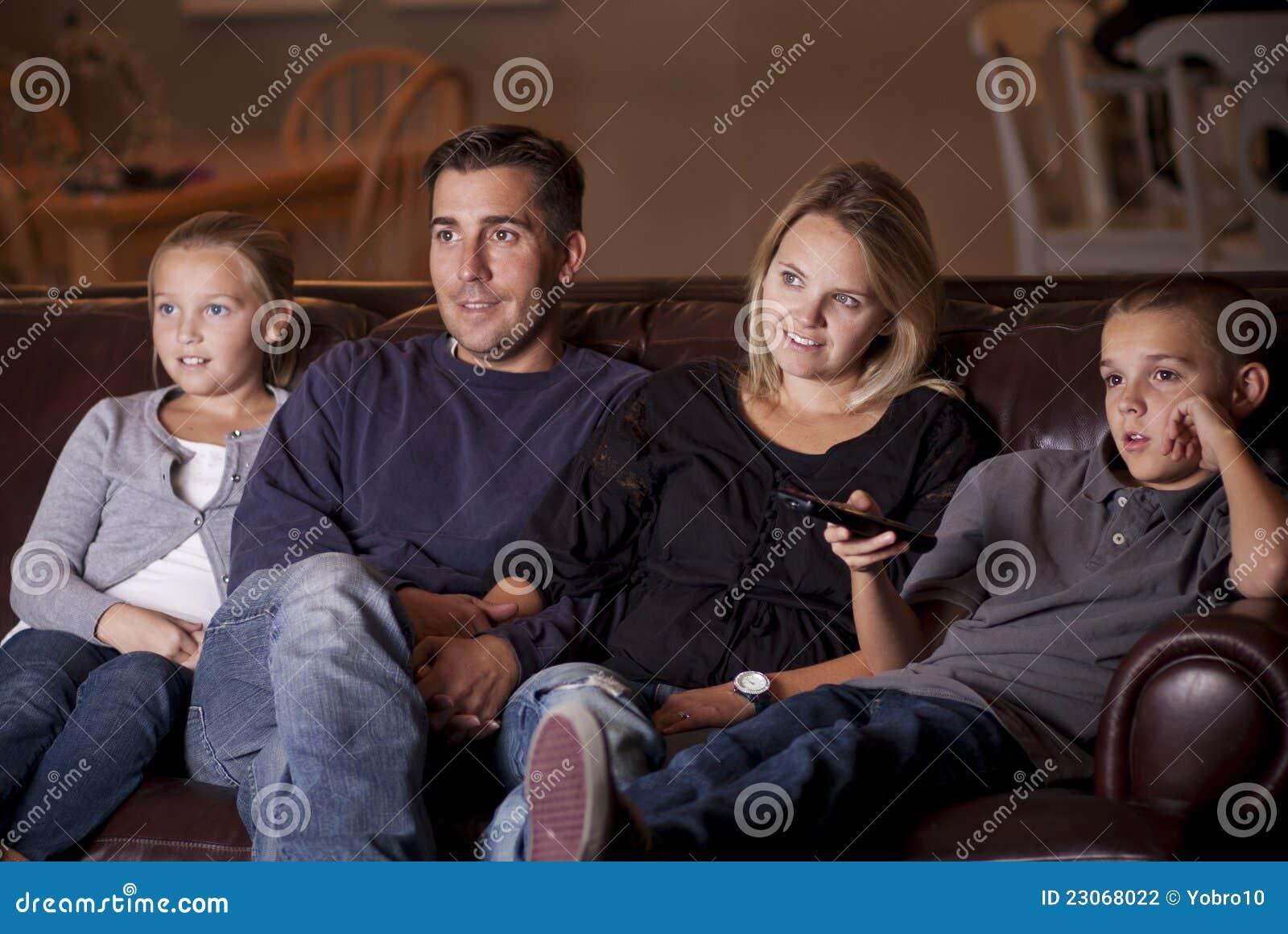 Het letten op van de familie Televisie samen