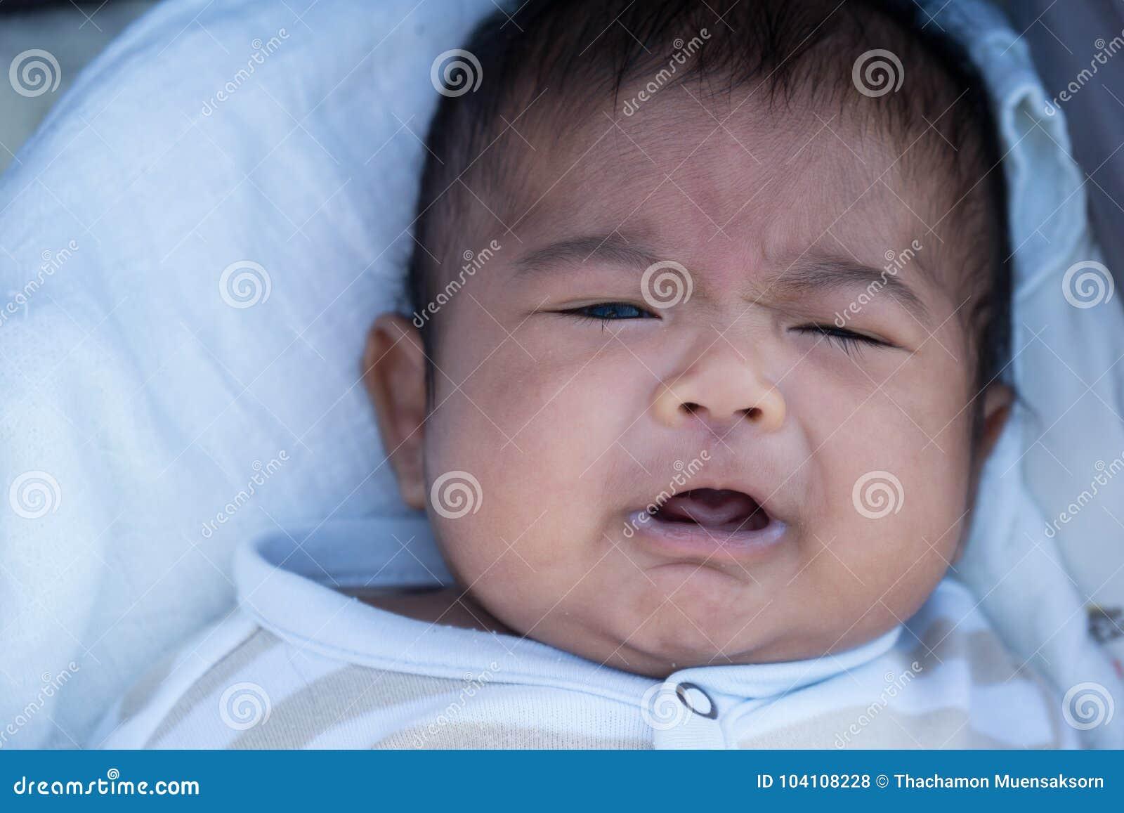 Het leuke Aziatische baby schreeuwen