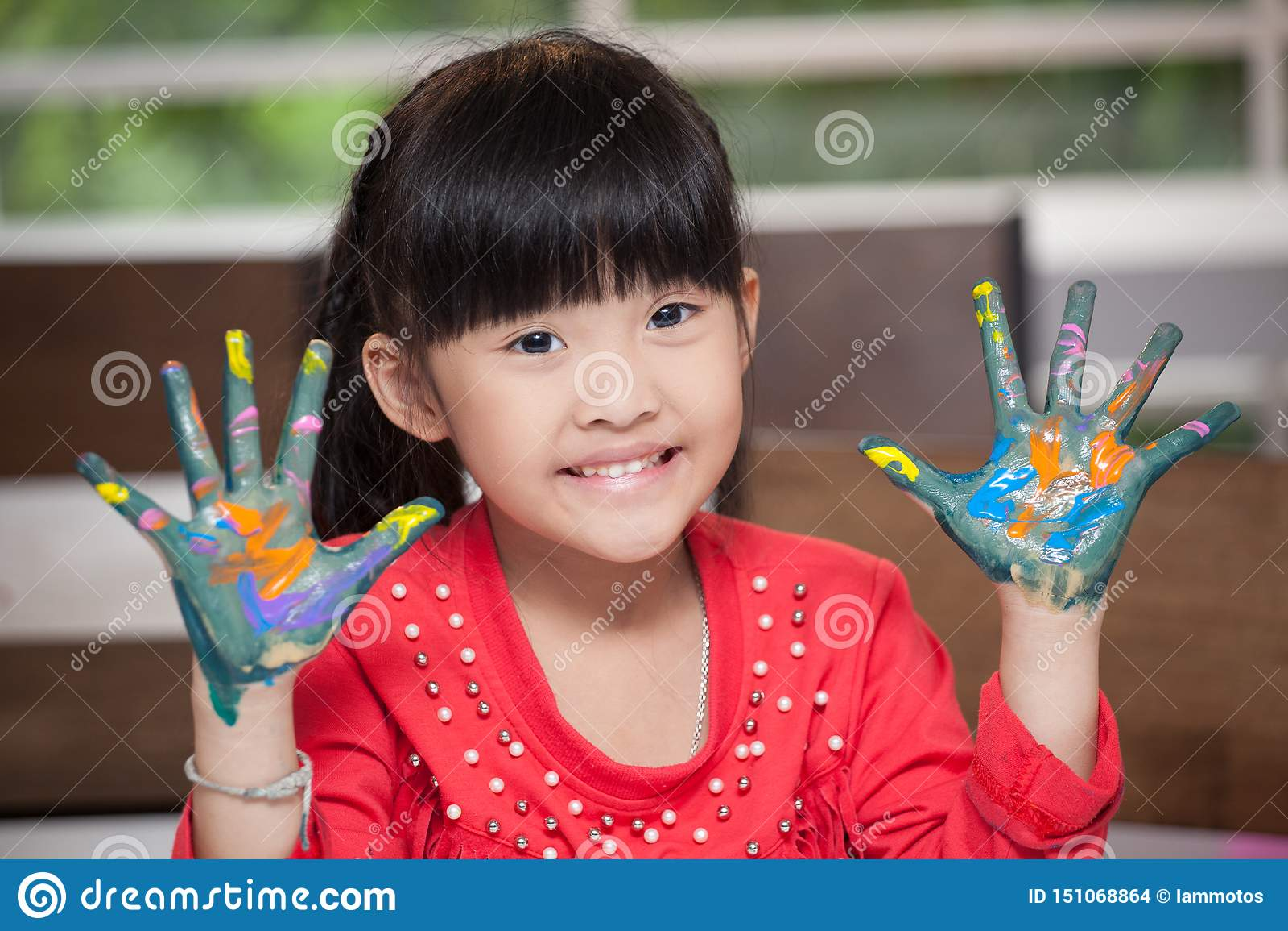 Het leuke Aziatische meisje met dient verf, in het concept van de klaslokaalschool in - gelukkige kinderen die geschilderde handp