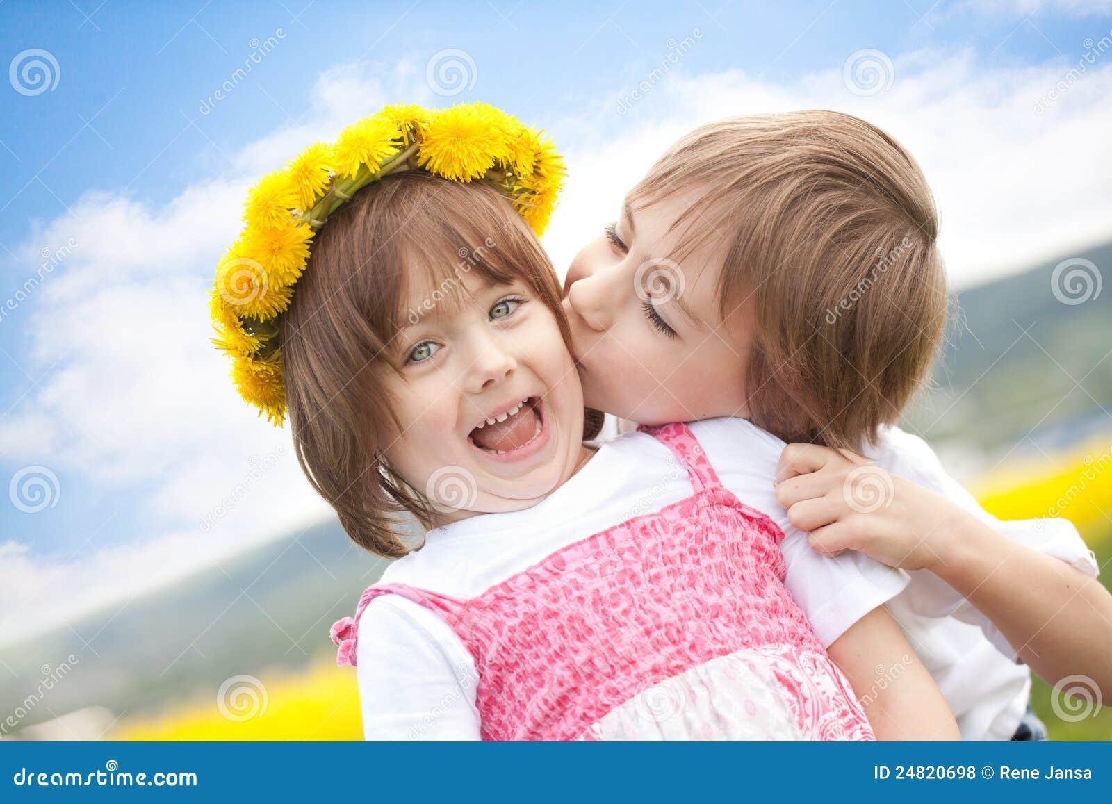 Kussen Voor Kinderen : Het leuke jonge kinderen kussen stock foto afbeelding bestaande