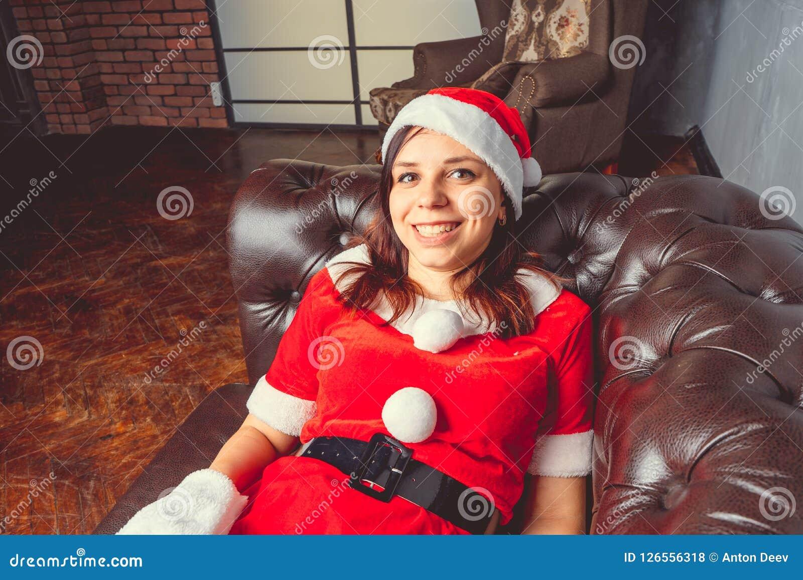 Het leuke meisje kleedde zich als Santa Claus Gelukkig Nieuwjaar en Vrolijke Kerstmis!