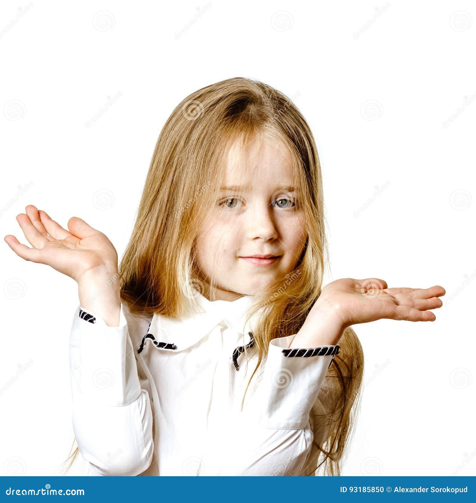 Het leuke meisje stellen voor reclame, die signes door handen maken