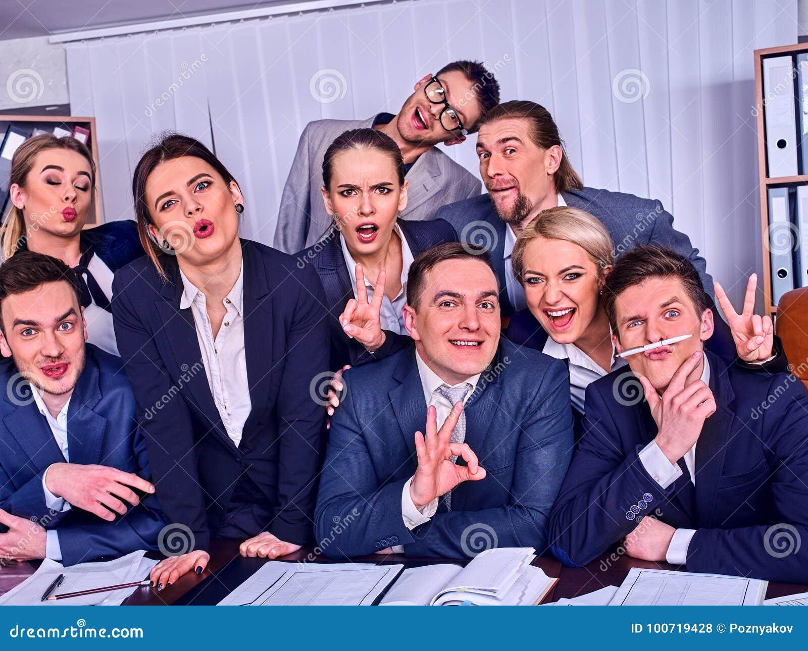 Het leven van het bedrijfsmensenbureau van teammensen is gelukkig met omhoog duim