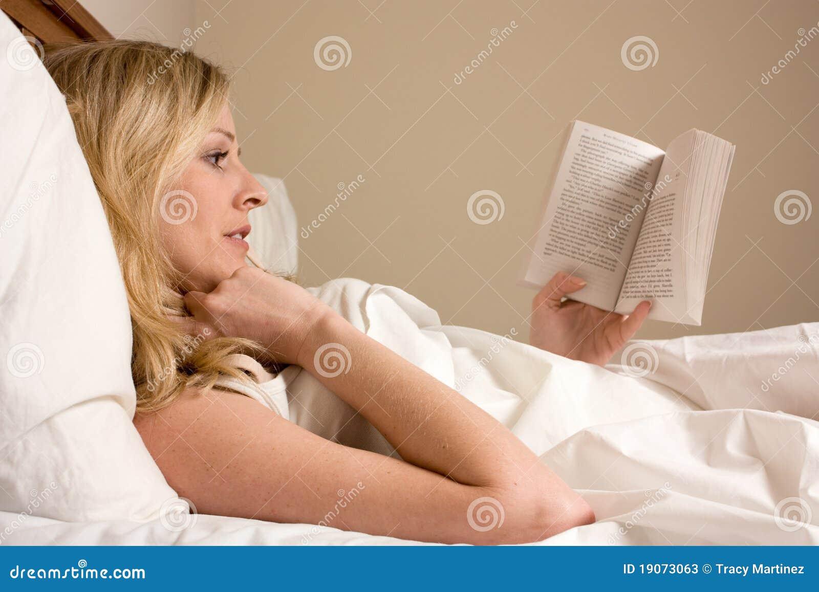 Het lezen in bed stock foto 39 s afbeelding 19073063 - Bed dat gelederen ...