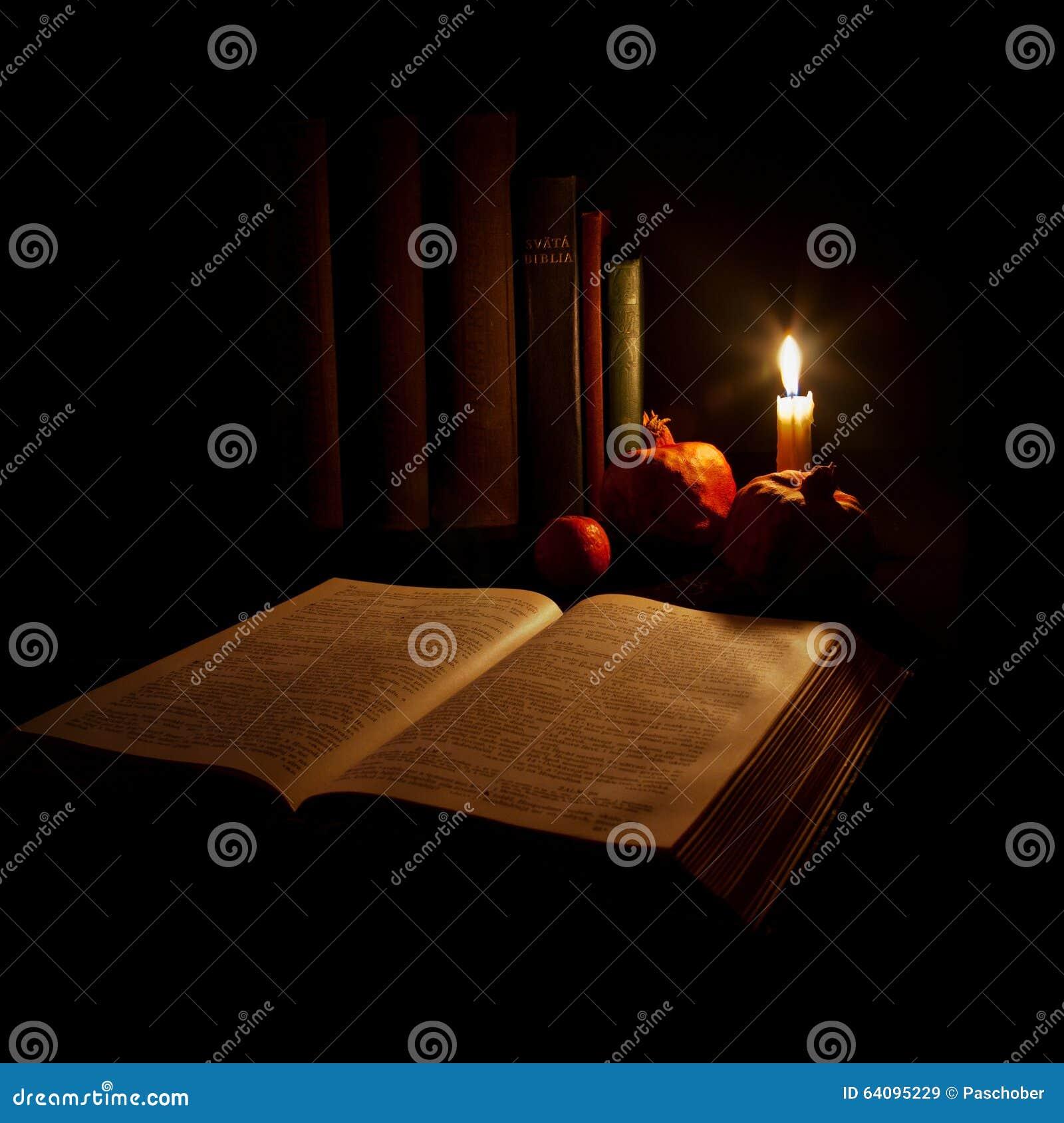 Het lezen door kaarslicht