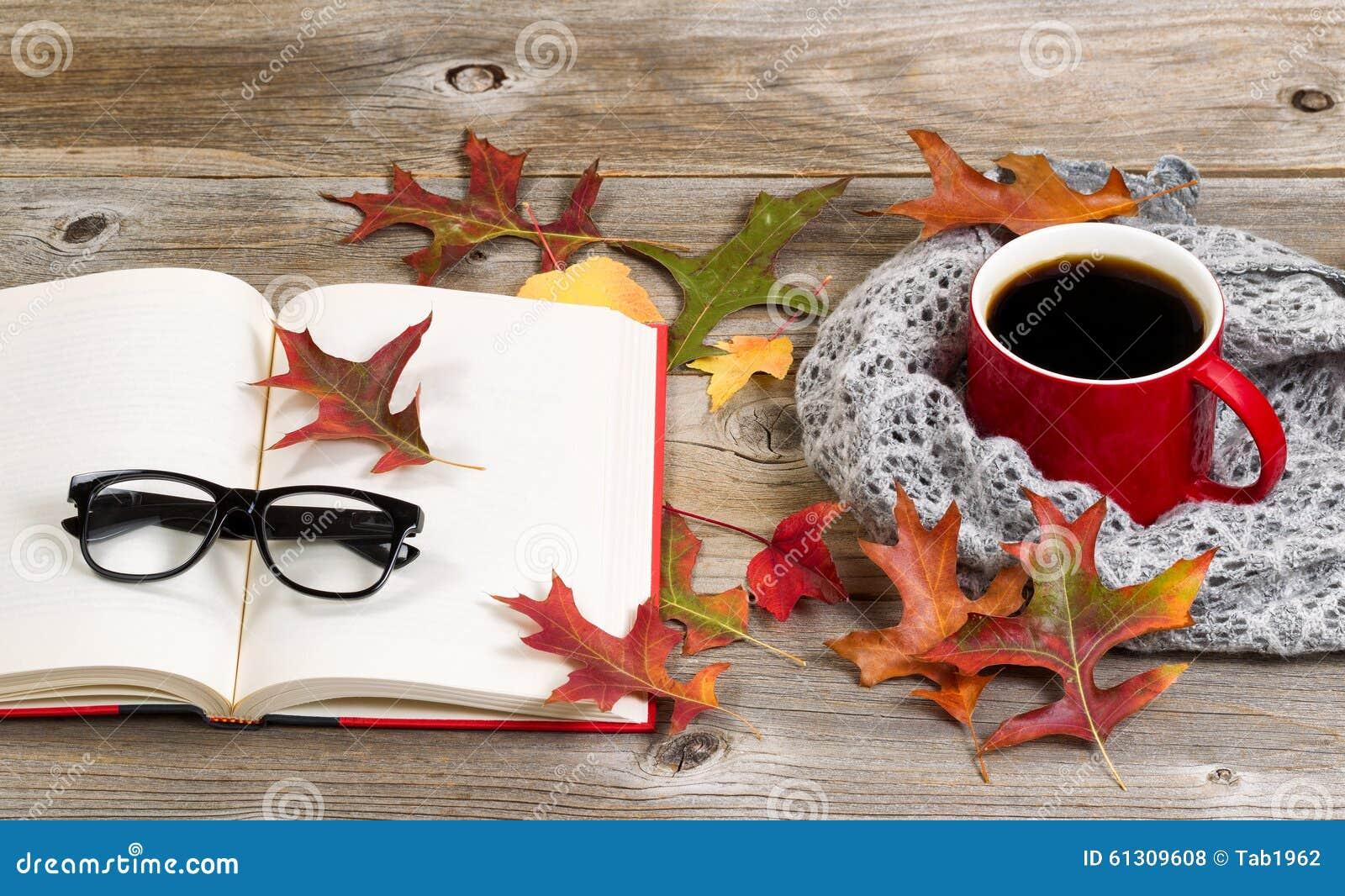 Het lezen en het drinken donkere koffie voor het de herfstseizoen