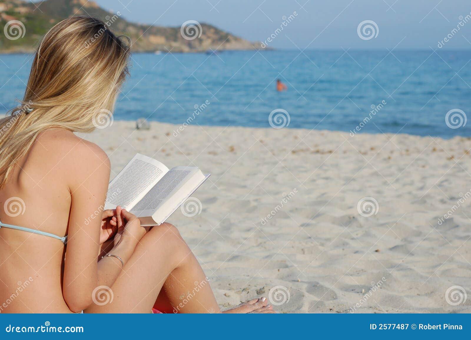 Het lezen van een boek op het strand