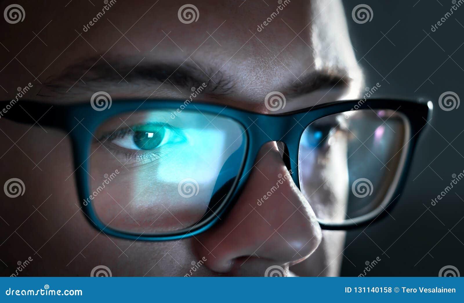 Het licht van het computerscherm denkt van glazen na Sluit omhoog van ogen