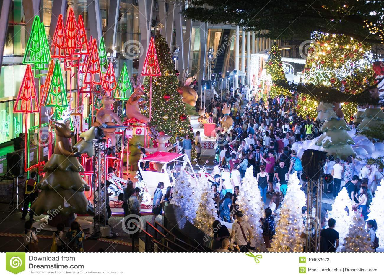 Download Het Licht Van Kleurrijk Verfraait Mooi Op Kerstboomviering Redactionele Stock Foto - Afbeelding bestaande uit elektrisch, azië: 104633673