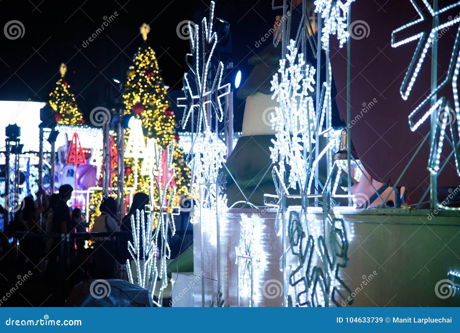 Download Het Licht Van Kleurrijk Verfraait Mooi Op Kerstboomviering Redactionele Stock Afbeelding - Afbeelding bestaande uit azië, geluk: 104633739