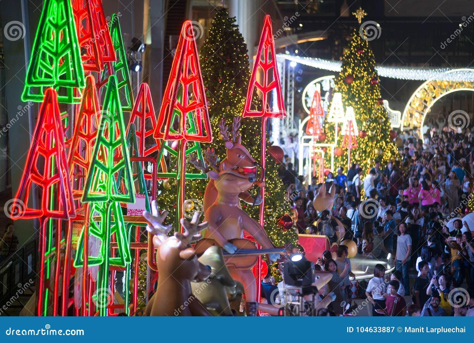 Download Het Licht Van Kleurrijk Verfraait Mooi Op Kerstboomviering Redactionele Fotografie - Afbeelding bestaande uit aziatisch, downtown: 104633887