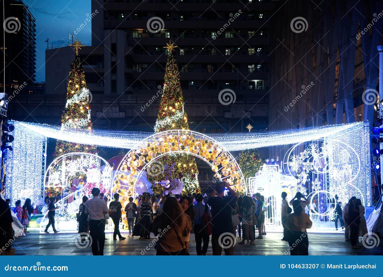 Download Het Licht Verfraait Mooi Op Kerstboomviering Redactionele Fotografie - Afbeelding bestaande uit stad, cityscape: 104633207