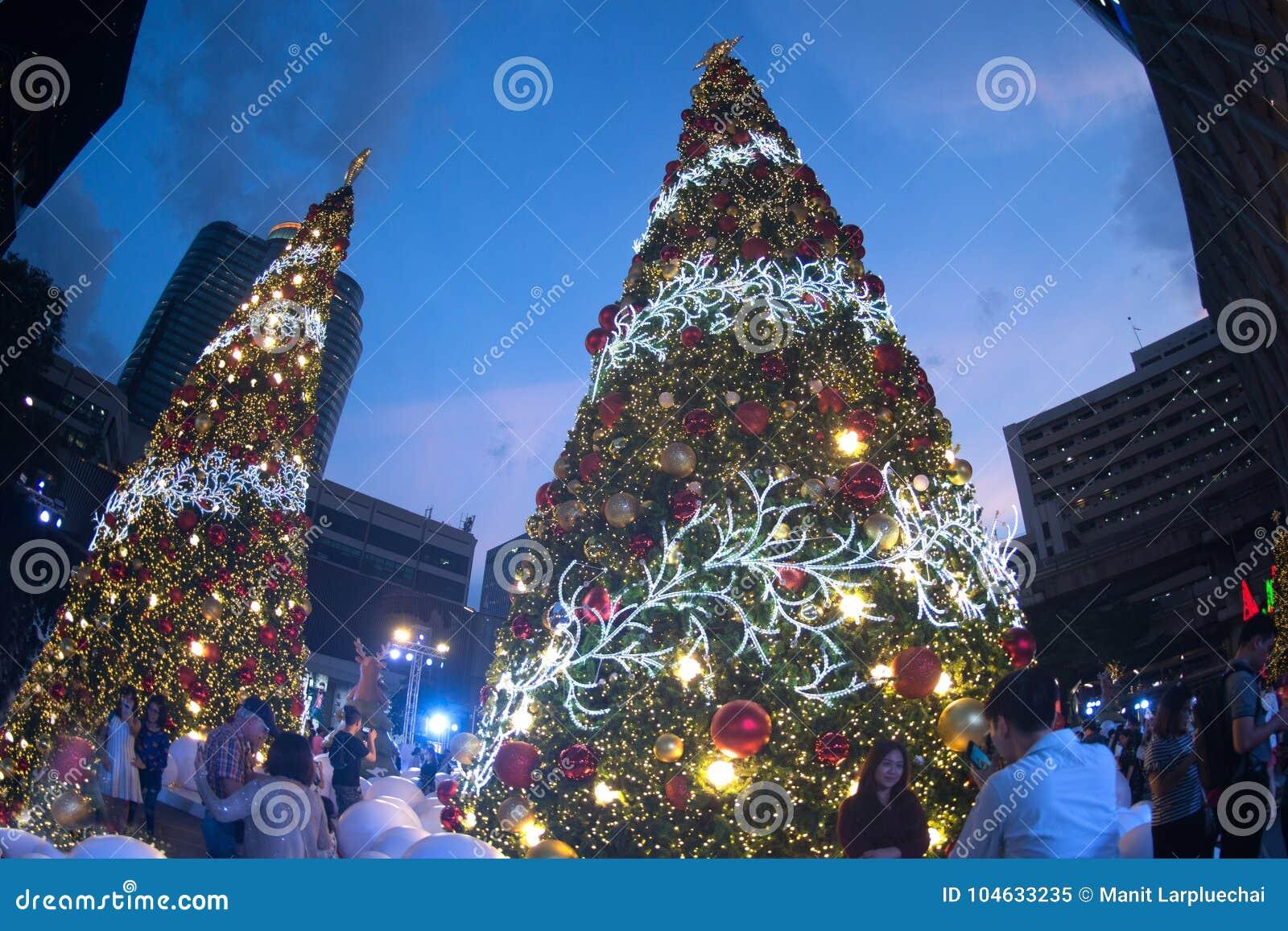 Download Het Licht Verfraait Mooi Op Kerstboomviering Redactionele Afbeelding - Afbeelding bestaande uit modern, redactie: 104633235