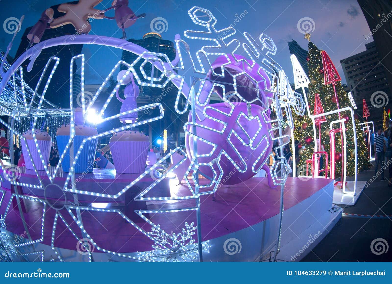 Download Het Licht Verfraait Mooi Op Kerstboomviering Redactionele Stock Afbeelding - Afbeelding bestaande uit azië, luxe: 104633279