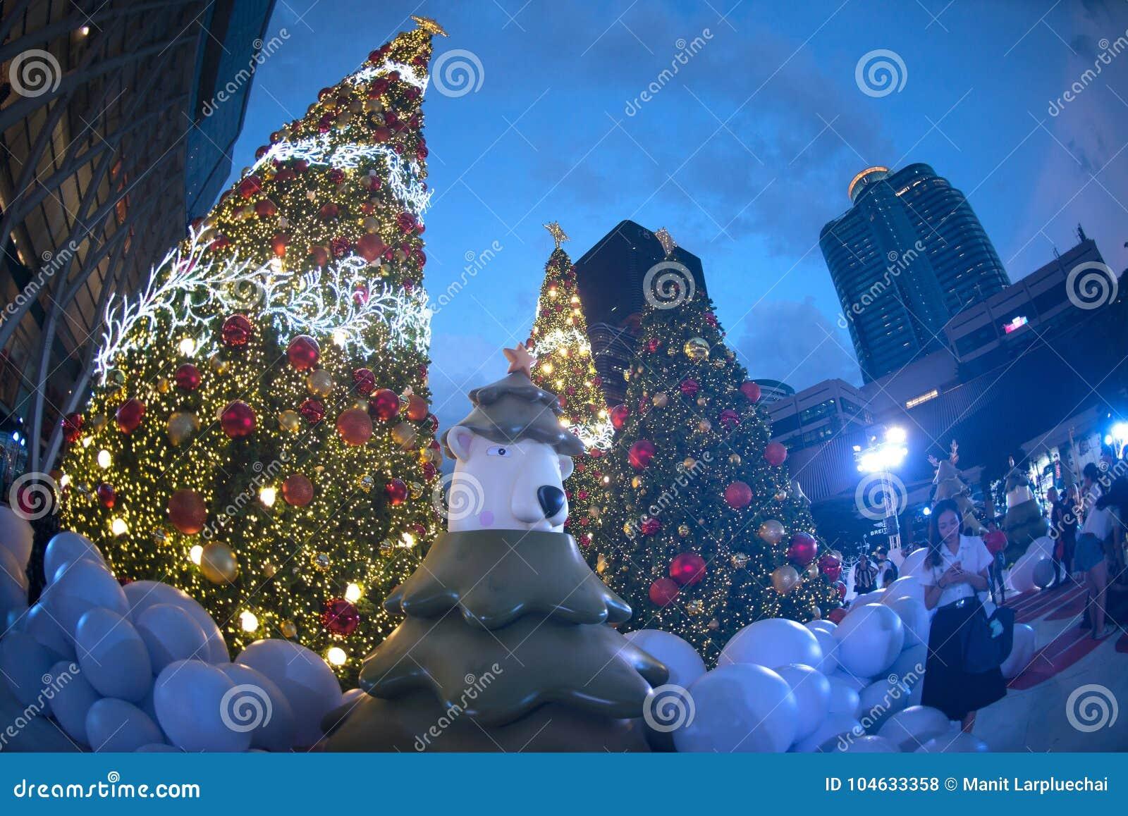 Download Het Licht Verfraait Mooi Op Kerstboomviering Redactionele Stock Foto - Afbeelding bestaande uit centrum, viering: 104633358