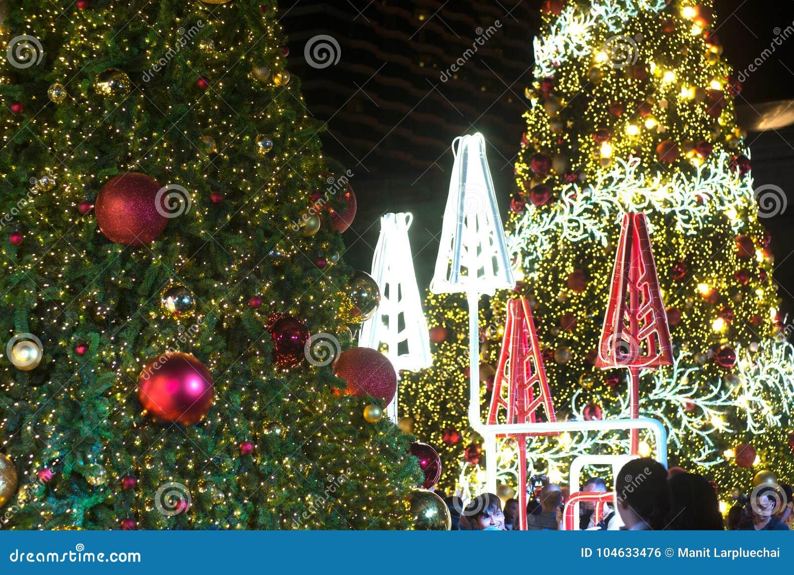 Download Het Licht Verfraait Mooi Op Kerstboomviering Redactionele Foto - Afbeelding bestaande uit vier, vakantie: 104633476