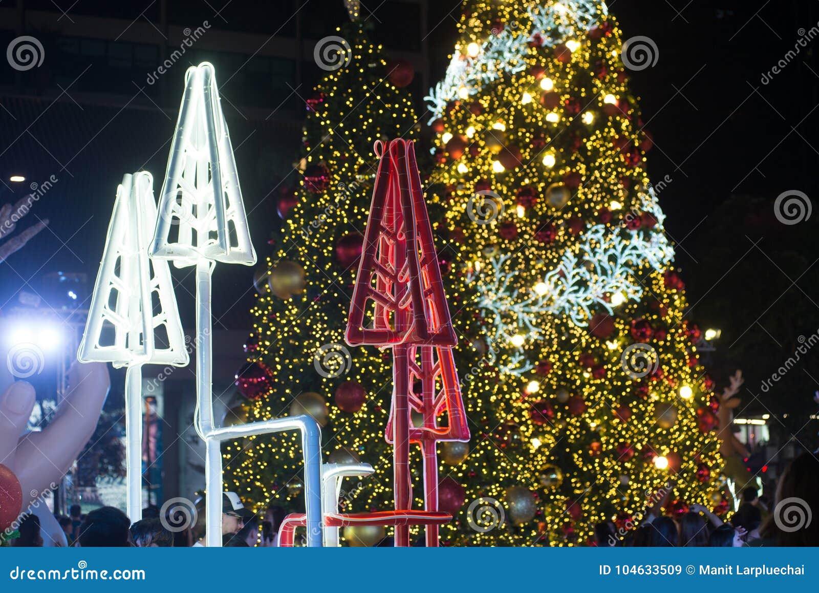 Download Het Licht Verfraait Mooi Op Kerstboomviering Redactionele Stock Afbeelding - Afbeelding bestaande uit buitenkant, gebeurtenis: 104633509