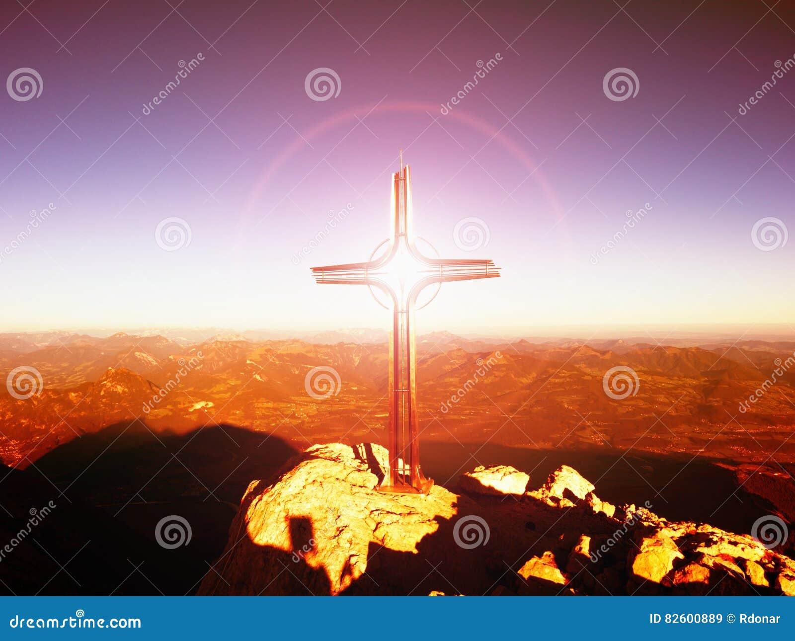 Het lichte, sterke effect van de lensgloed Kruis op piek Ijzerkruisbeeld bij bergbovenkant in Alp