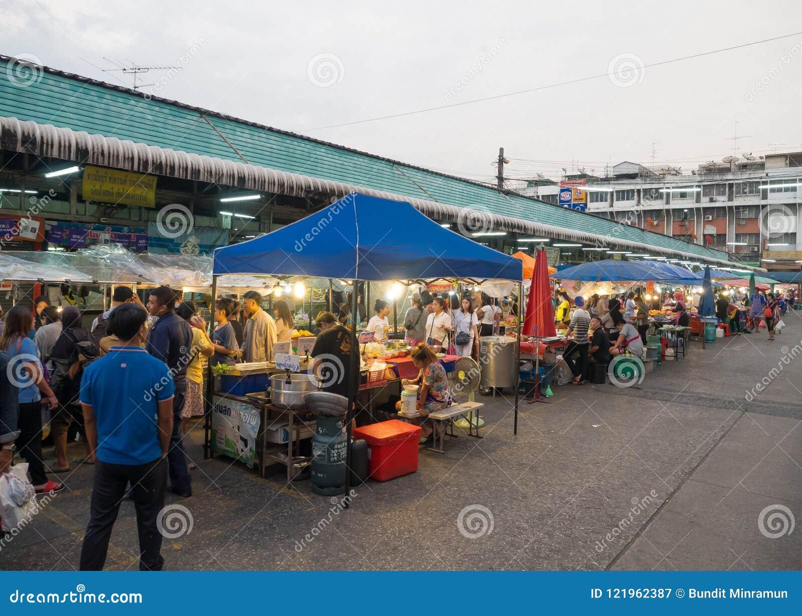 Het lokale voedsel van de nachtstraat bij Minburi-districtsmarkt