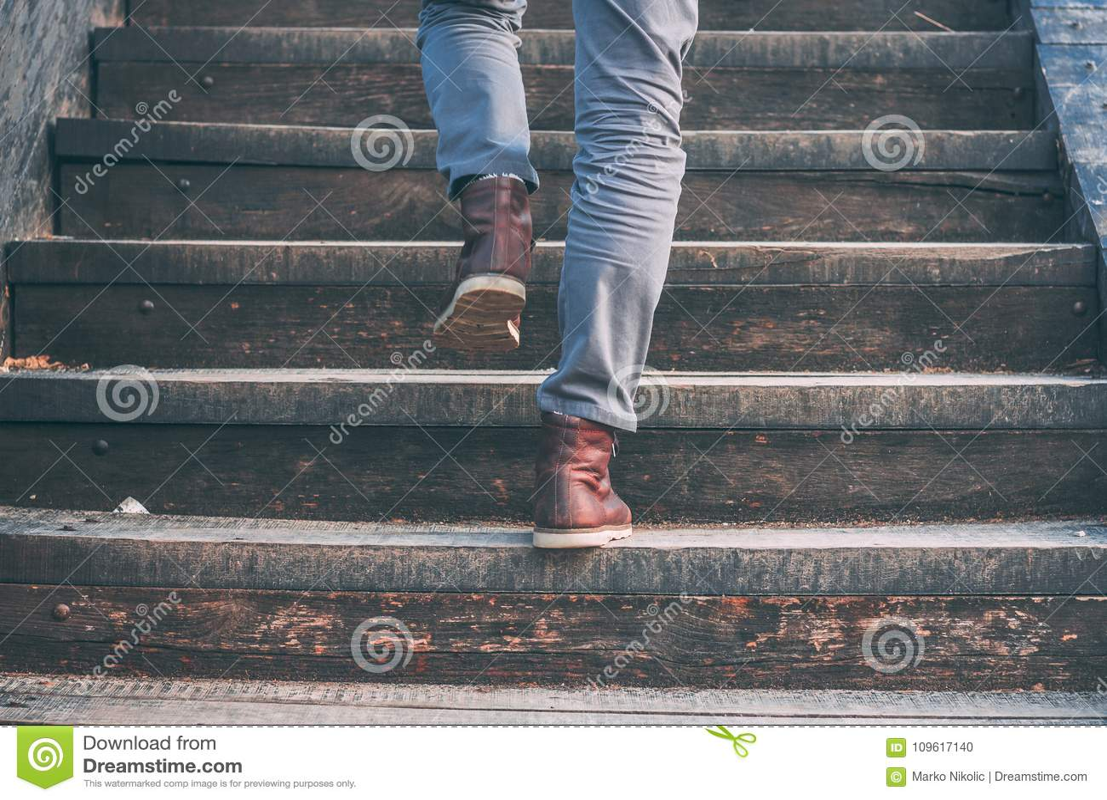 Het lopen boven - close-upmening van de schoenen van het mensen` s leer