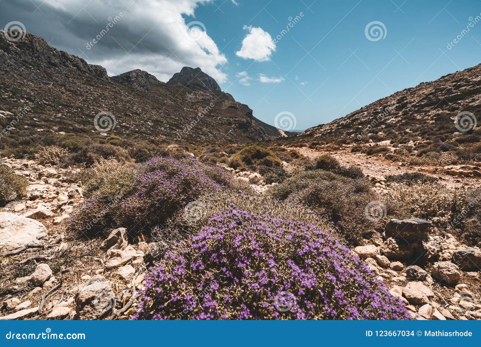 Het lopen in de bergen Wandeling en toerist routes op het Eiland Kreta, Griekenland Manier aan beroemd Balos-strand op heet