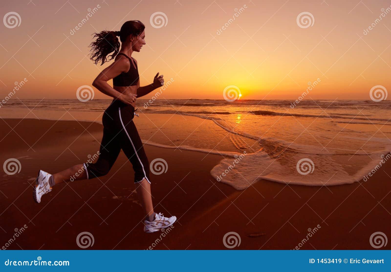 Het lopen en zonsondergang